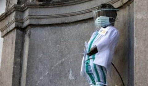 Faimoasa Statuie Manneken Pis Imbracata In Haine De Medic In Semn De Omagiu Pentru Lucratorii Din Sistemul Medical