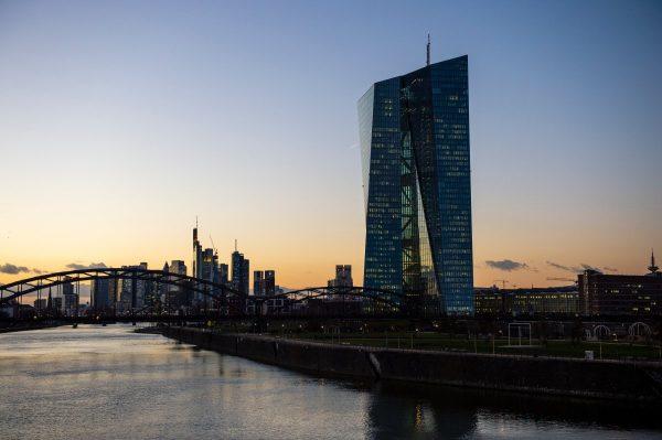 Blick von der Osthafenbrücke auf die EZB und die frankfurter Skyline bei SonnenuntergangView of the ECB and the Frankfurt skyline from the Osthafen Bridge at sunset